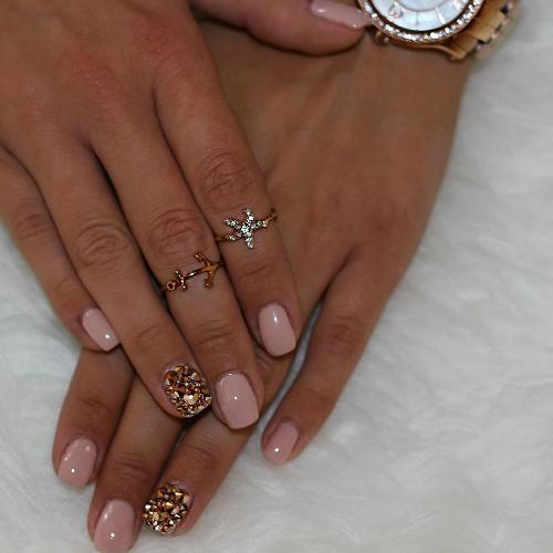 свадебный дизайн ногтей со стразами фото