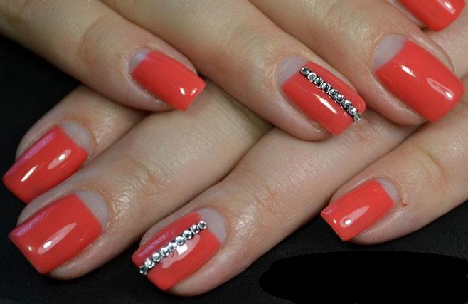 Фото красного маникюра на короткие ногти со стразами