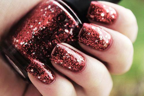 Красный гель-лак с блестками на коротких ногтях
