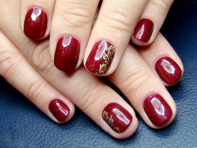 Золотой дизайн коротких красных ногтей гель-лаком