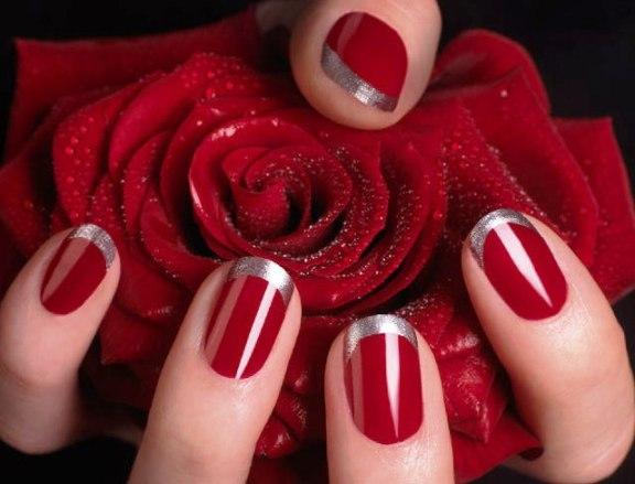 красный маникюр на короткие ногти с серебром
