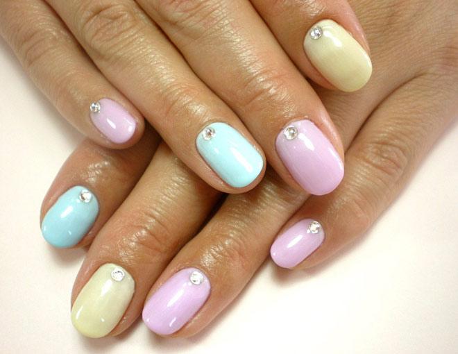 Стразы на цветные ногти