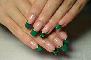 фото зеленого френча на ногтях