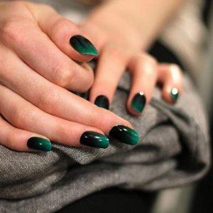 Омбре на зеленых ногтях