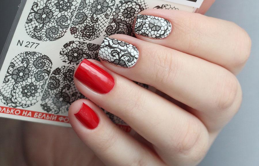 Красный маникюр с наклейками для ногтей