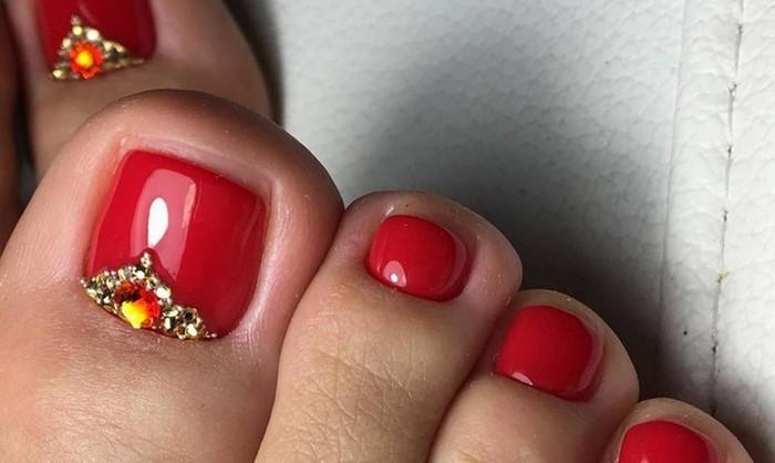 Стразы на ногах ногтях